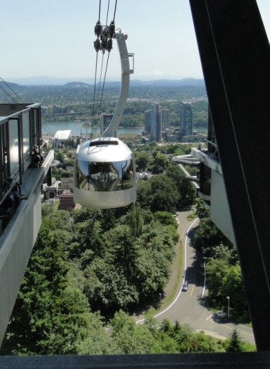 Tram arriving at OHSU Marquam Hill campus.